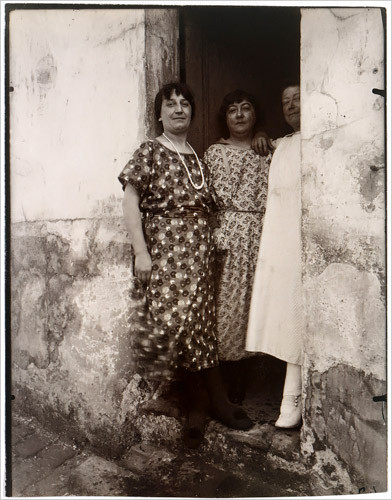 Eugène Atget, Three women in a doorway on Rue Asselin (Paris' red light district